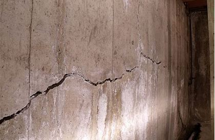 CONCRETE WALL BOWED